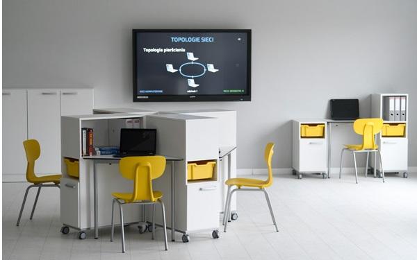 Pracownia komputerowa z kontenerami z kolekcji Grande
