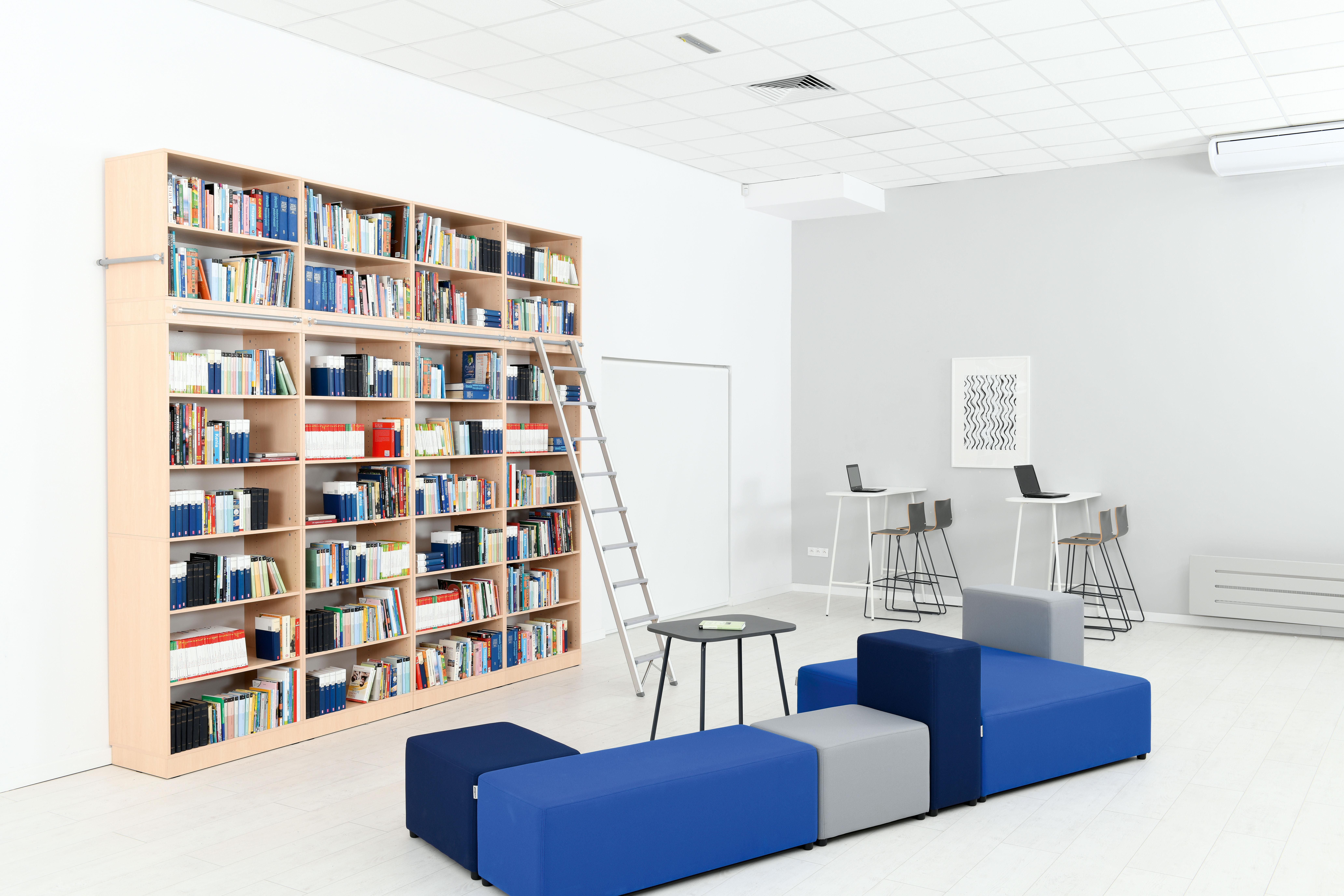Biblioteka z meblami bibliotecznymi z kolekcji Grande