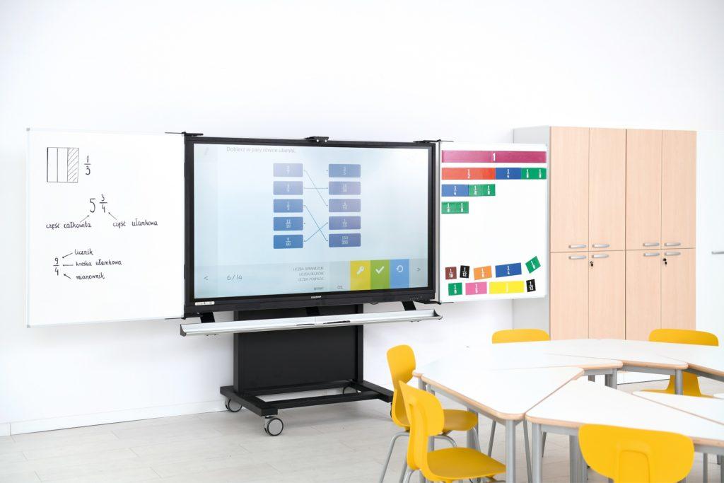 Pracownia matematyczna wyposażona w meble z kolekcji Grande z monitorem interaktywnym insGraf DIGITAL